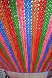 Lanternes colorées accrochant dans un temple Photo stock