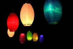 Lanternes colorées dans l'obscurité de la nuit Images libres de droits
