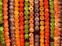 Lanternes colorées dans le temple bouddhiste Photographie stock libre de droits
