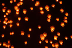 Lanternes dans le ciel nocturne au festival 2017 de lanterne de ciel de Pingxi à Taïwan Images libres de droits