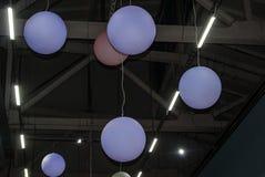 Lanternes de couleurs en pastel sur une décellulation photographie stock