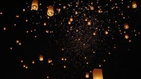 Lanternes de flottement de ciel en Chiang Mai clips vidéos