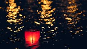 Lanternes de flottement d'eau légère sur la rivière la nuit Images libres de droits