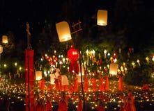 Lanternes de flottement dans le temole Photographie stock libre de droits