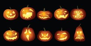 Lanternes de potiron de Halloween la nuit Photo libre de droits