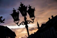 Lanternes de rue avec d'ortodox d'église le dos dedans image stock