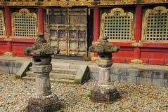 Lanternes devant un bâtiment de temple Images libres de droits