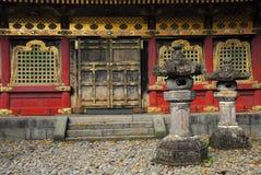 Lanternes devant un bâtiment de temple Photographie stock