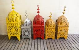 Lanternes en laiton colorées au marché en plein air, Grenade Images stock