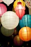 Lanternes en soie asiatiques colorées la nuit Images libres de droits
