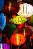 Lanternes en soie rougeoyant la nuit Photos stock