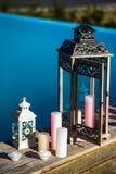 Lanternes et bougies noires et blanches près de la piscine Photo libre de droits