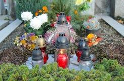 Lanternes et fleurs sur la tombe image libre de droits