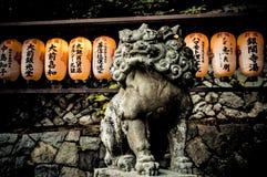 Lanternes et lion Photographie stock libre de droits