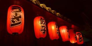 Lanternes japonaises devant le vin et le bar à sushis japonais photographie stock libre de droits