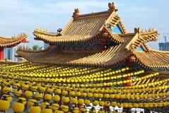 Lanternes jaunes s'arrêtant sur le toit de temple Photographie stock libre de droits