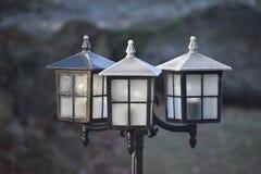 Lanternes noires givrées en soleil de matin photographie stock