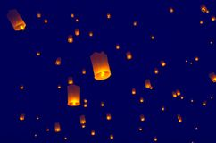 Lanternes ou ballon de flottement sur le fond de ciel Photos stock