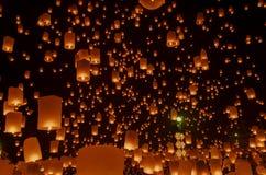 Lanternes ou ballon de flottement sur le fond de ciel Images stock