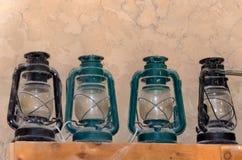Lanternes poussiéreuses sur l'étagère Image stock