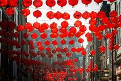 Lanternes rougeoyant dans la lumière de soirée Photo stock