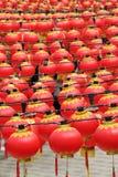 Lanternes rouges à un temple chinois Photos stock