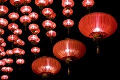 Lanternes rouges chinoises la nuit photos libres de droits
