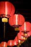 Lanternes rouges chinoises la nuit Photographie stock libre de droits
