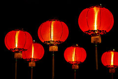 Lanternes rouges chinoises la nuit Photo stock