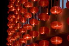 Lanternes rouges chinoises la nuit pendant l'année neuve chinoise Photographie stock libre de droits