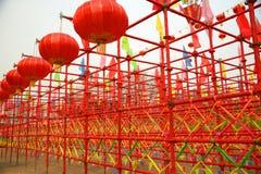 lanternes rouges et échafaudage rouge Photo stock