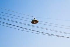 Lanternes sur des câbles. Image stock