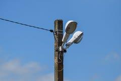 Lanternes sur le poteau Un pilier de ligne électrique avec des appareils d'éclairage Photographie stock libre de droits