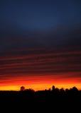 lantgård över solnedgång Arkivfoto