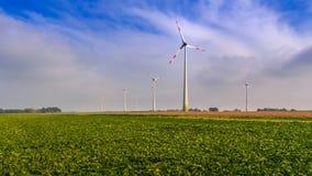 Lantgård av vindturbiner nära Diest, Flanders, Belgien arkivfoton