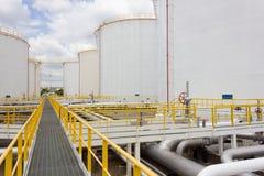 Lantgård för olje- behållare i raffinaderi Royaltyfri Foto