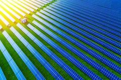 Lantgård för sol- energi Sikt för hög vinkel av solpaneler på en energi royaltyfria foton
