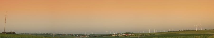 Lantgård för Windturbiner Royaltyfri Foto