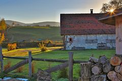 Lantgård i bygd Arkivfoto