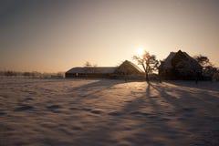 Lantgård i den holländska snöig vintern Fotografering för Bildbyråer
