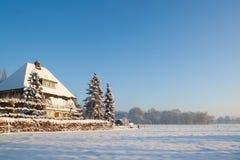 Lantgård i den holländska snöig vintern Arkivbild