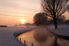 Lantgård i den holländska snöig vintern Arkivfoto