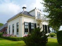 Lantgård i norden av Nederländerna arkivbild