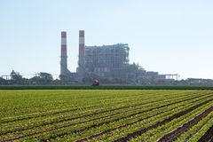 Lantgård med kraftverket i bakgrund Arkivfoton