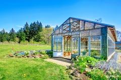 Lantgård med växthuset Arkivfoton