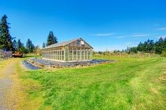 Lantgård med växthuset Fotografering för Bildbyråer