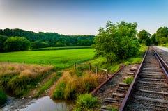 Lantgård och liten vik längs järnvägspår i sydliga York County, PA arkivfoto