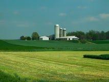 Lantgård och silor på tunnländer av land, Lancaster County, Pennsylvania royaltyfri foto