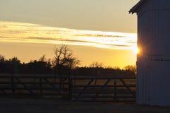 Lantgård på solnedgången Royaltyfria Foton