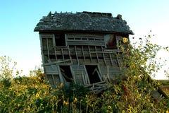 lantgård som spökar det gammala huset arkivfoto